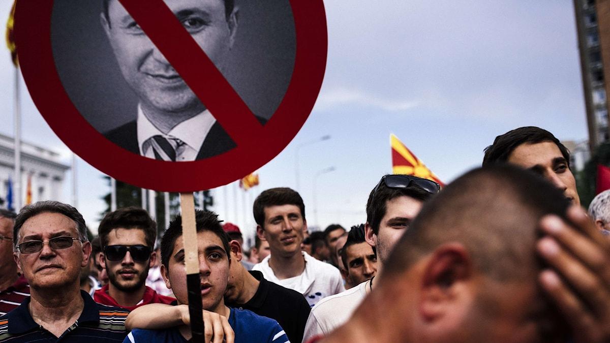 En demonstrant håller upp ett plakat med en bild på Makedoniens premiärminister Nikola Gruevski. Foto: Dimitar Dilkoff/AFP.