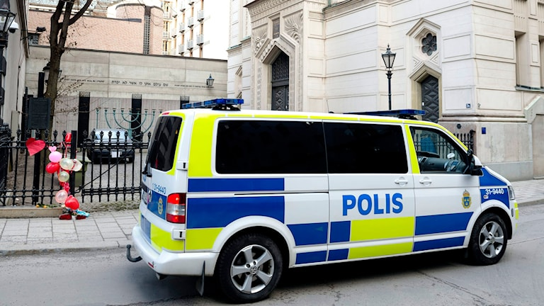 A police van outside the Great Synagogue of Stockholm. File photo: Vilhelm Stokstad / TT.