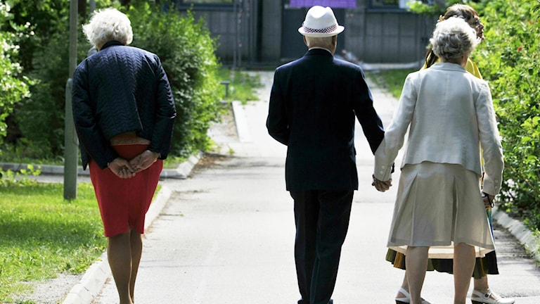 Seniorer på promenad.