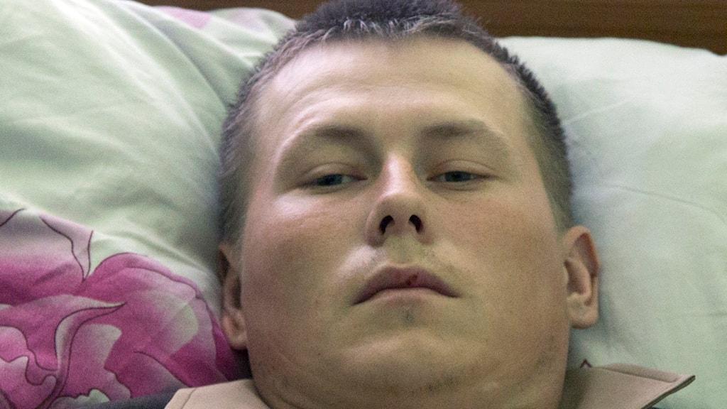 ansikte av liggande man på kudde