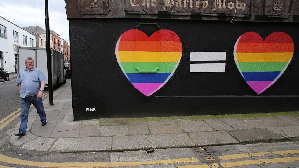 Två hjärtan målande på en vägg i de så kallade regnbågsfärgerna. Foto: Paul Faith/TT.
