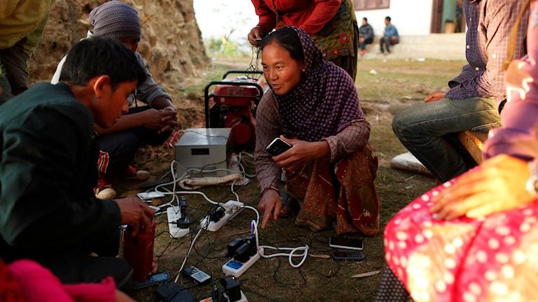 Mobiltelefoner laddas efter jordbävningen i Nepal. Foto: Wally Santana/TT