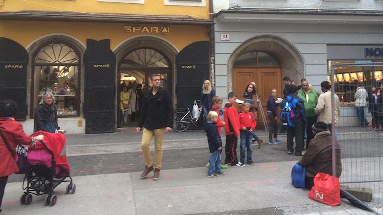 Ion från Rumänien sitter framför Mozarts födelsehus i Salzburg. Foto: Daniel Alling/SR