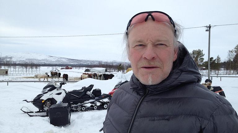Girja samebys ordförande. Man, snöskoter, snö. Foto: Nils Eklund/Sveriges Radio.