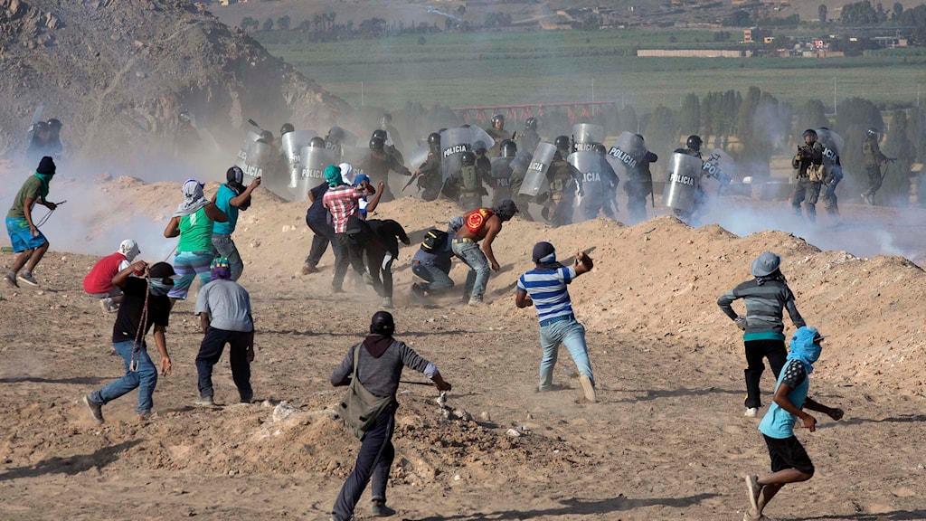 Peruanska bönder i sammandrabbningar med kravallpolis. Foto: Martin Mejia/TT.