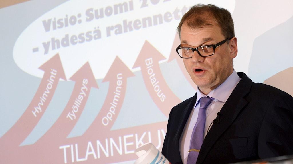 Finlands blivande statsminister Juha Sipila presenterar programmet för att vända landets ekonomi. Foto: Markku Ulander/TT.