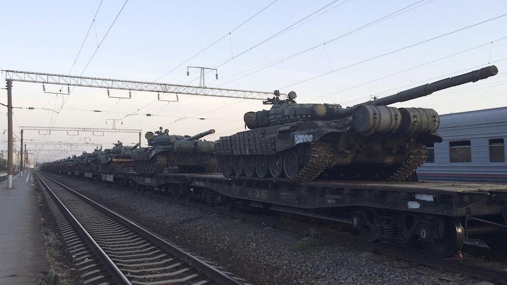 Ryska pansarvagnar på tåg nära Ukraina. Foto: Maria Tsvetkova/Reuters.