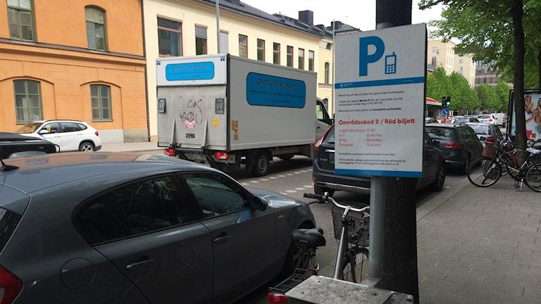 På Fleminggatan i centrala Stockholm har en parkeringsautomat ersatts av den här skylten. Foto: Martin Jönsson/Sveriges Radio