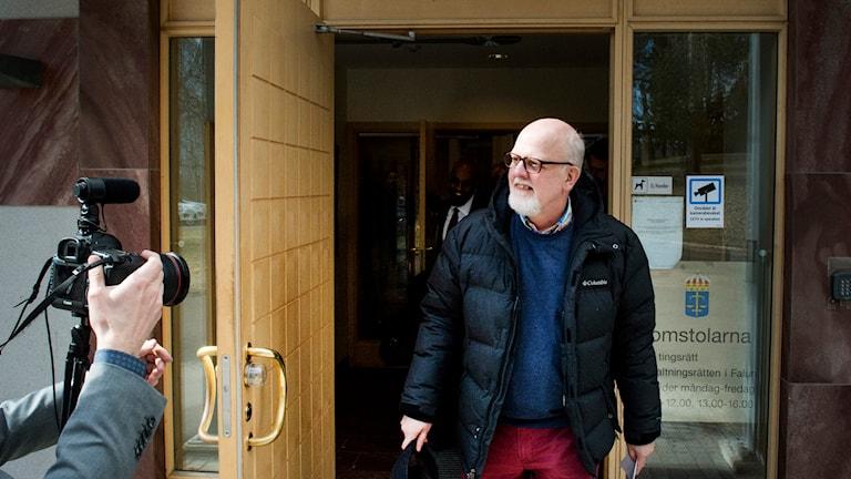 FALUN 2015-04-16 Sture Bergwall, nu en fri man sedan Förvaltningsrätten har beslutat att han ska skrivas ut från den slutna rättspsykiatriska vården, lämnar domstolen. Foto Ulf Palm / TT / Kod 9110