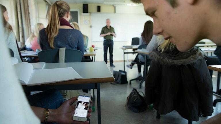mobil fångar elevs uppmärksamhet under pågående lektion