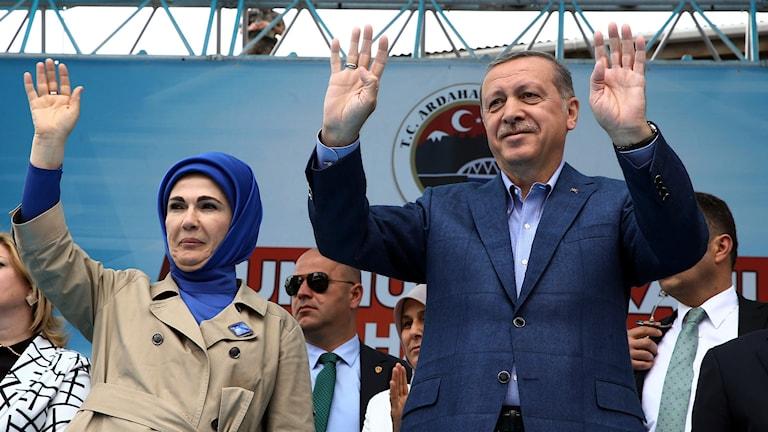 Den turkiske presidenten Recep Tayyip Erdogan hälsar på anhängare tillsammans med sin fru Emine Erdogan. Foto: AP/TT.