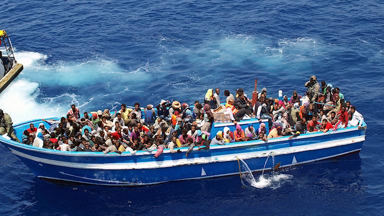 Flyktingar räddas av svenska Kustbevakningens fartyg på Medelhavet. Foto: Kustbevakningen/TT.