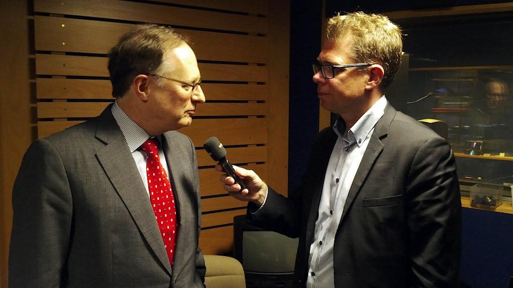 Natos biträdande generalsekreterare Alexander Vershbow intervjuas av Sveriges Radios korrespondent Jan Andersson i Bryssel. Foto: Sveriges Radio.