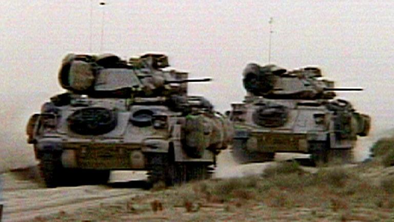 Två amerikanska stridsvagnar på en väg