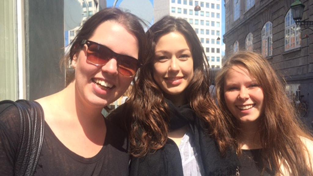 tre unga leende danska kvinnor