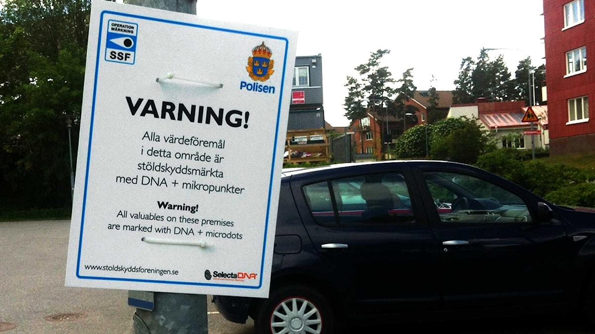 Varningsskylt om att värdeföremål är stöldskyddsmärkta. Foto: Mikael Sjödell/Sveriges Radio.