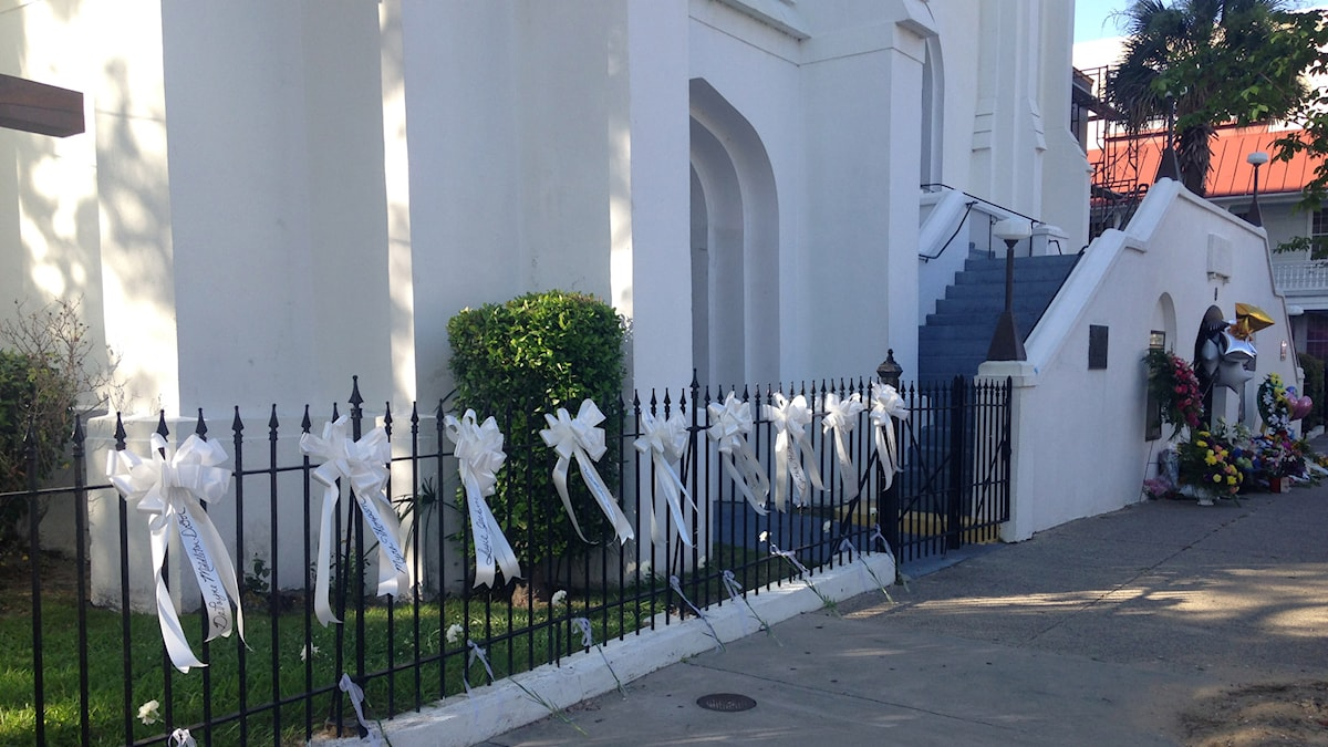 Utanför kyrkan i Charleston där nio människor dödades finns nio vita band, ett för varje persons namn Foto: Inger Arenander/Sveriges Radio