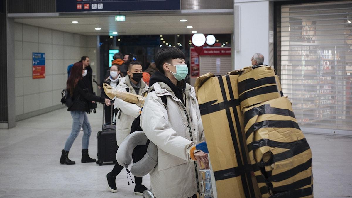 Kinesisk turist på Charles de Gaulle-flygplatsen i Paris.