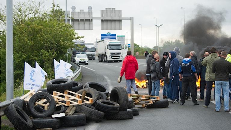 Kaos i Calais när hamnarbetare strejkar. Foto: TT