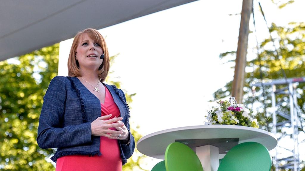 Annie Lööf håller tal i Almedalen. Foto: Marcus Ericsson/TT.