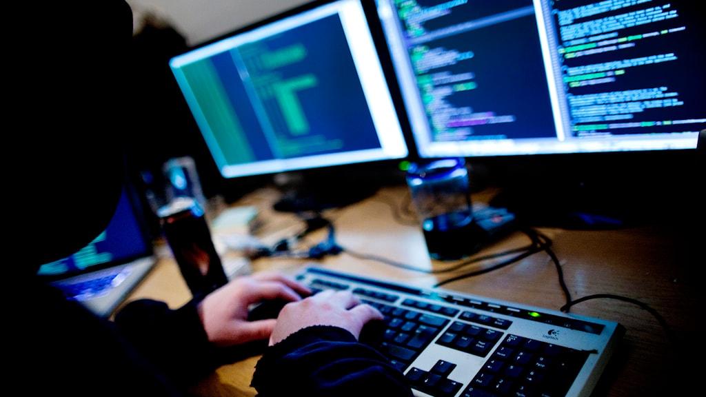 en man framför många datorer. Foto: Thomas Winje Øijord/TT