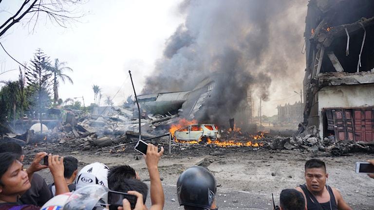 Ett militärplan kraschade i ett bostadsområde i Medan. Foto: AFP PHOTO / MUHAMMAD ZULFAN DALIMUNTHE.