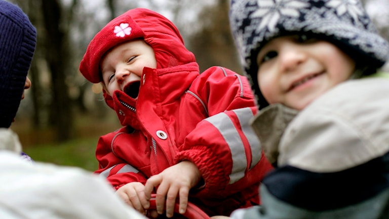 barn som skrattar utomhus Foto: Kerstin Carlsson/TT