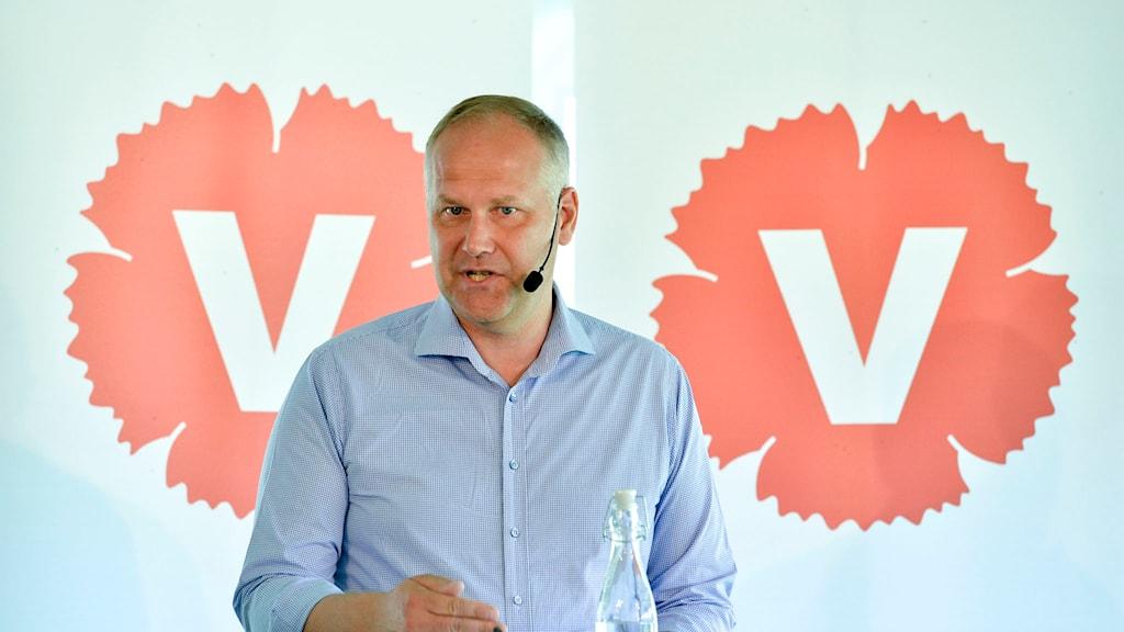 Vänsterpartiets partiledare Jonas Sjöstedt talar under en pressträff i Almedalen under politikerveckan i Visby på lördagen. F