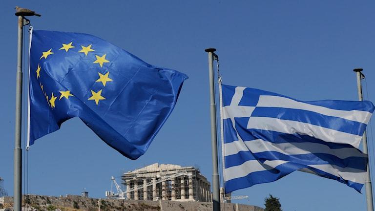 EU:flagga och grekisk flagga Foto: Petr David Josek/TT