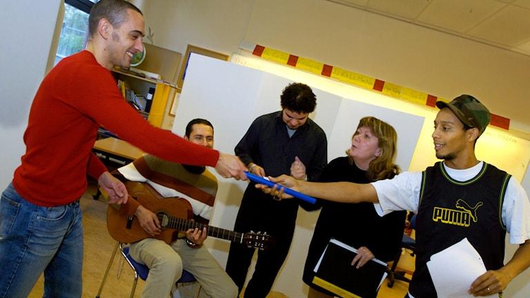 Elever repeterar in en föreställning som ingår i språkundervisningen.