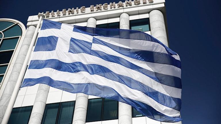 Greklands flagga framför börshus Foto: Petros Giannakouris/TT