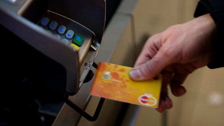 Det är främst handeln som tvingas betala avgifter för transaktioner. Foto: Vilhelm Stokstad/TT.