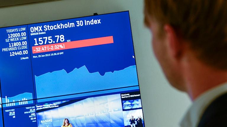 Man tittar på börsen Foto: Pontus Lundahl/TT