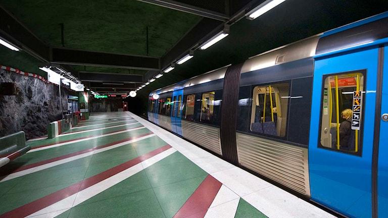 Ett tunnelbanetåg på Kungsträdgårdens tunnelbanestation. Foto: Henrik Montgomery / TT