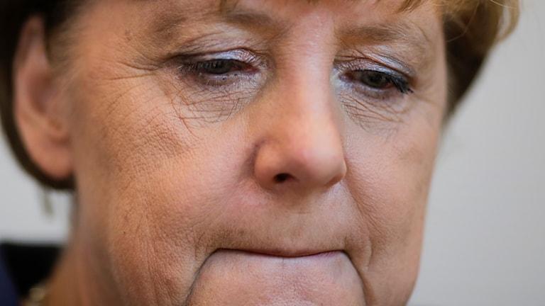 Närbild på sammanbiten Angela Merkel.