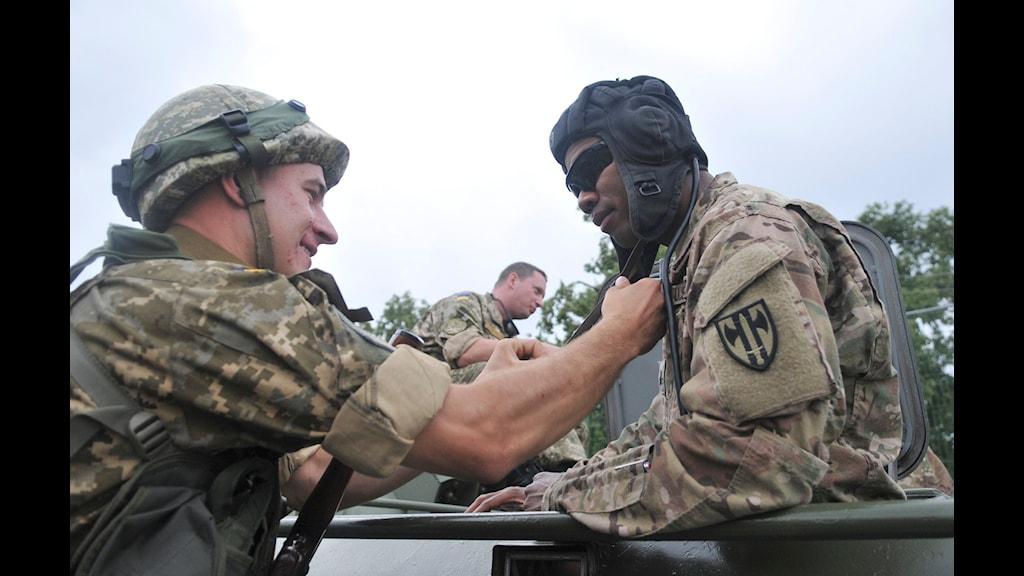 Amerikanska och ukrainska militärer på basen utanför Lviv. Foto: Pavlo Palamarchuk/TT