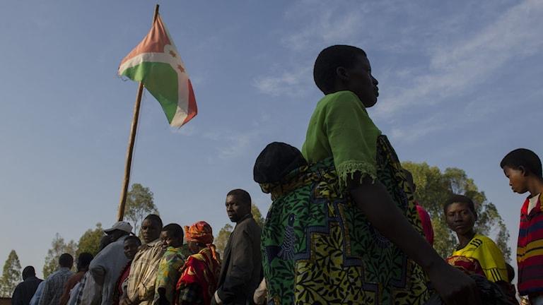 Invånare i byn Buye står i kö för att rösta i presidentvalet. Foto: Phil Moore/TT.