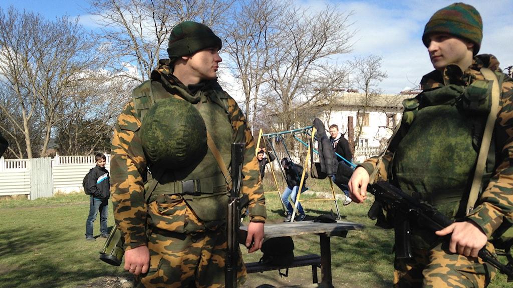 Enligt Vladimir Putin är det inte ryska soldater utan 'lokala självförsvarstrupper' som agerar på Krim. Själva säger soldaterna att de är från Ryssland. Foto Tomas Bengtsson / TT