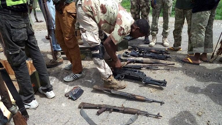 Beslagtagna vapen från terroristorganisationen Boko Haram. Foto: AFP/Nigerianska armén