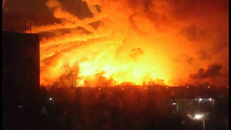 En vapendepå som exploderat på en militärbas i östra Ukraina.