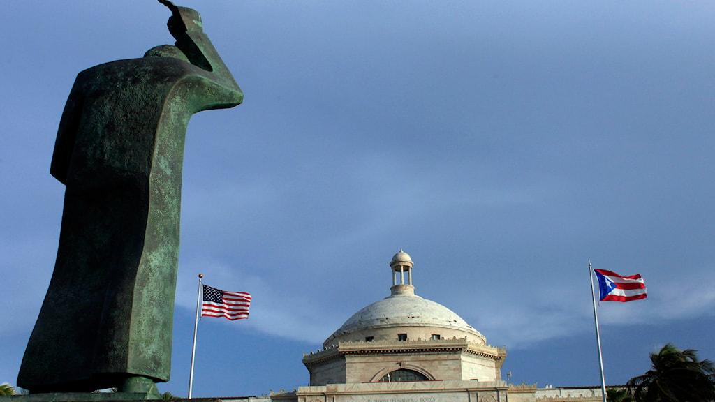Bild från Puerto Ricos huvudstad San Juan med Puerto Ricos och USA:s flaggor vajande