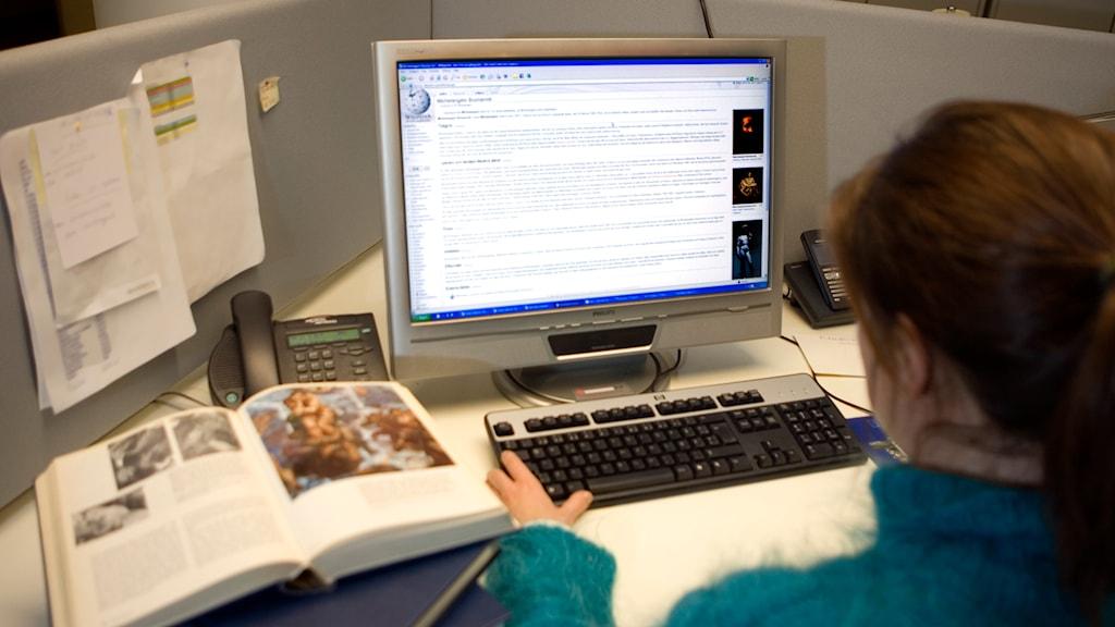 Kvinna vid dator. Foto: Maja Suslin/TT.