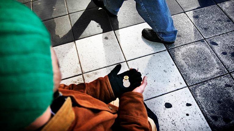 En tiggare sitter på en gata i Stockholm. Foto: Oskar Kullander/TT.