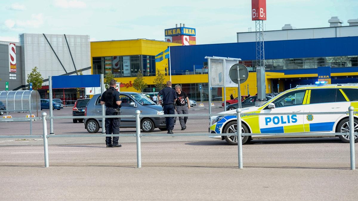 Polisen har spärrat av området utanför köpcentrat i Västerås.