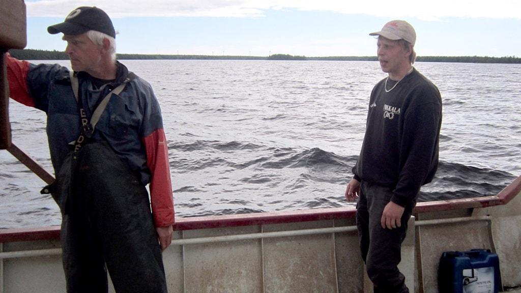 Sven-Gunnar Lunneryd, forskare på SLU och fiskaren Viktor Medström, undre försök med nya sälsäkra metoder. Foto: Ulf Larsson/ Sveriges radio