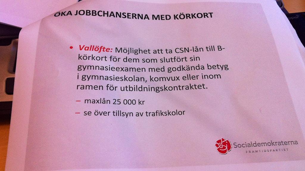 Bild på socialdemkraternas löfte om att göra det enklare att ta körkort. Foto: Katarina Helmersson/Sveriges Radio