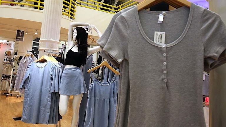 Kläder hänger i en butik. Foto: Spencer Platt/TT.
