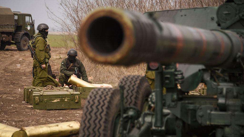 Soldater i  Mariupol i östra Ukraina övar. Foto: AP Photo/Mstyslav Chernov/TT.