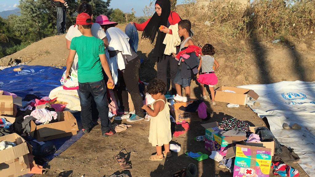 Klädutdelning vid gränsen mellan Grekland och Makedonien. Foto: Johanna Melén/Sveriges Radio.