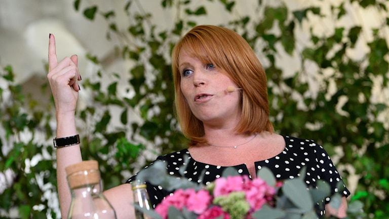 Annie Lööf under sitt sommartal i Hagaparken i Stockholm. Foto: Maja Sunslin/Sveriges Radio.